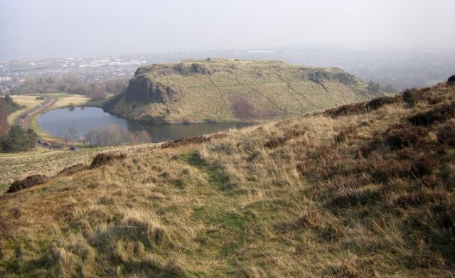Hangman's Rock und links das Duddingston Loch